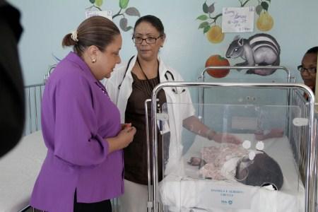 La first lady haitiana Sophia Martelly ha visitato i piccoli pazienti ricoverati nell'ospedale pediatrico Saint Damien.