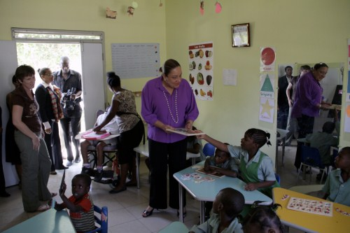 La first lady in visita ai piccoli ospiti del Kay Germaine – la Casa dei piccoli angeli, il centro di riabilitazione NPH