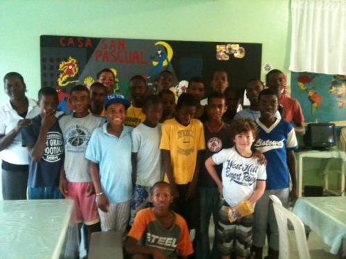 Nicolas con Alejandro e i suoi compagni di scuola.