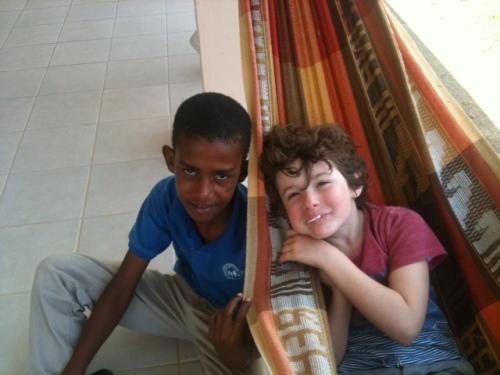 Nicolas con il fratellino adottato a distanza Alejandro