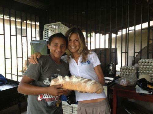 Chiara in compagnia di uno dei ragazzi accolti nel Rancho Santa Fé.