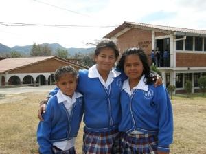 Tre bambine della Casa N.P.H. Guatemala davanti alla biblioteca
