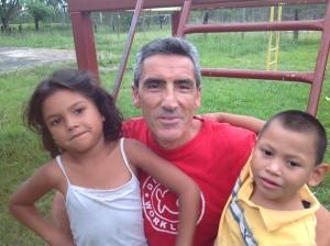 Fabrizio con due bambinid della Casa N.P.H.